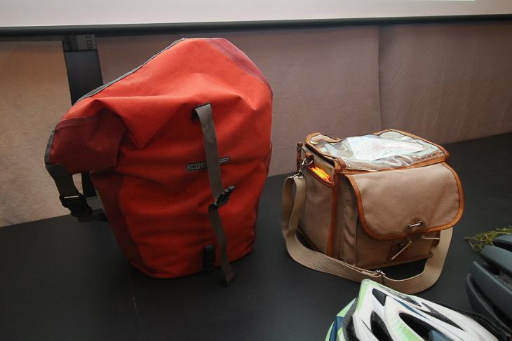 オーダーメイドで造ったフロントバッグとオルトリーブの防水サイドバッグ