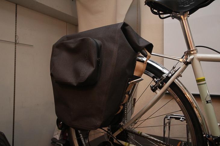 リアのサイドバッグはブルックス製の防水サイドバッグだ
