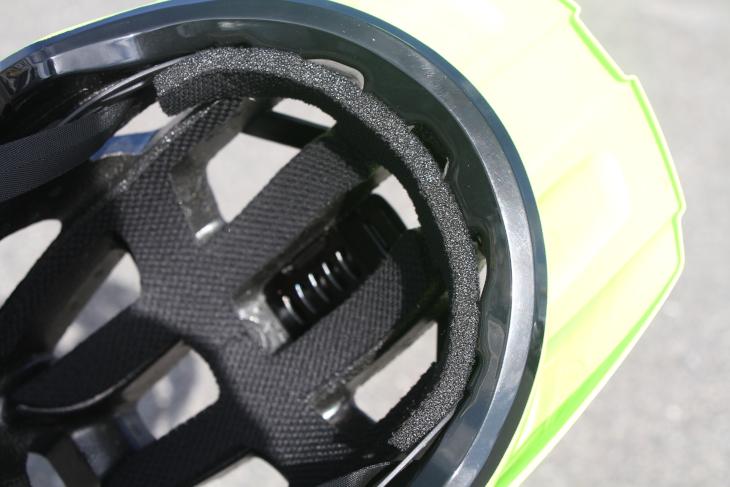 肉厚のパッドが装備されている。額部分には風を通すための溝が設けられている