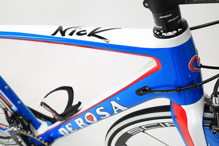 イタリアのナショナルカラーであるアズーロ(青)がベース