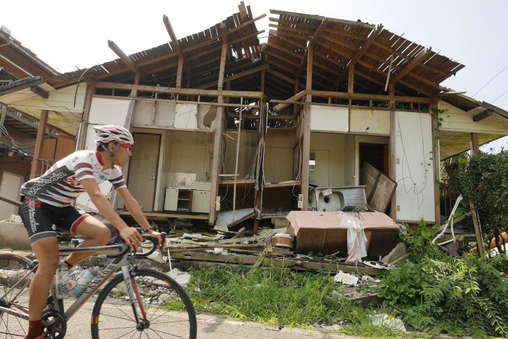 大地震によって倒壊した家屋は、今もなお多く残っている