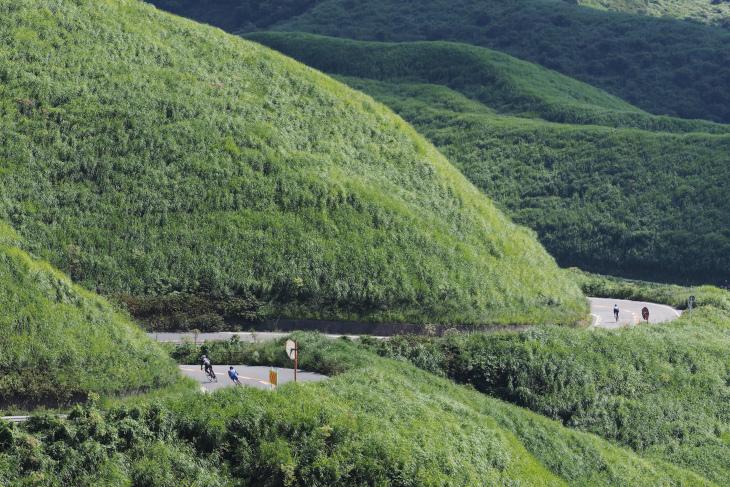 様々な表情を魅せる阿蘇の地形。コース中には軽快なダウンヒルも