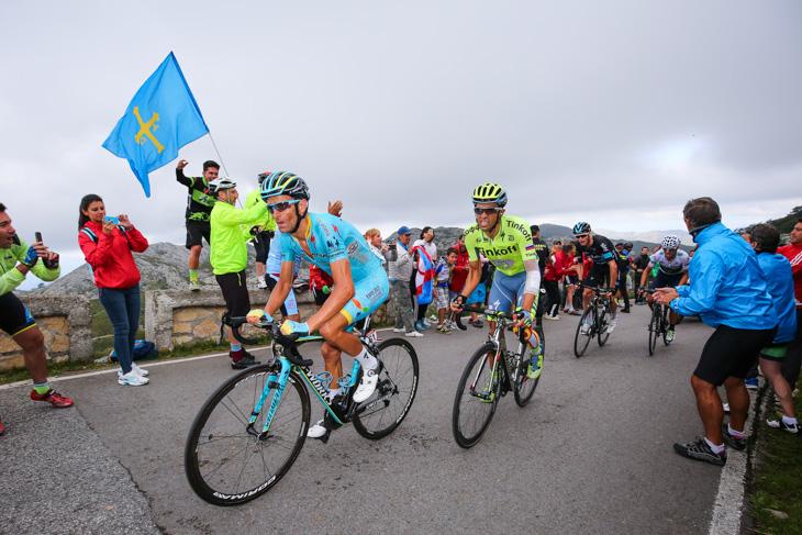 キンタナを追うミケーレ・スカルポーニ(イタリア、アスタナ)やアルベルト・コンタドール(スペイン、ティンコフ)