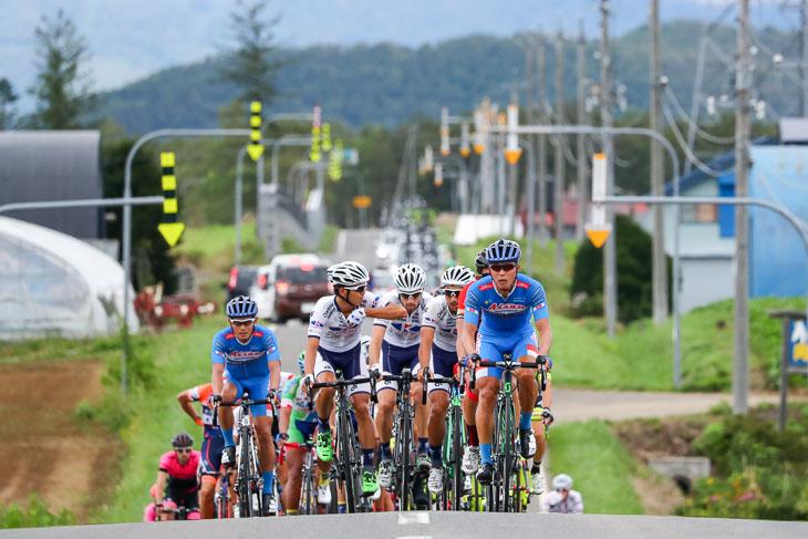 77km地点、メイン集団を小森亮平(愛三工業レーシングチーム)が引く