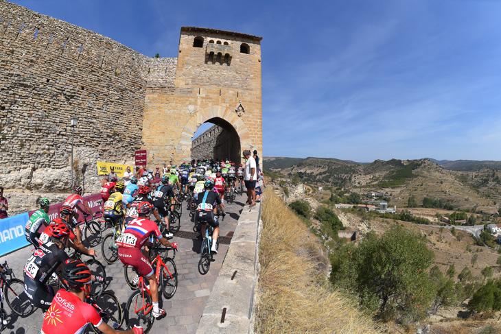 古い城壁の中に進むプロトン