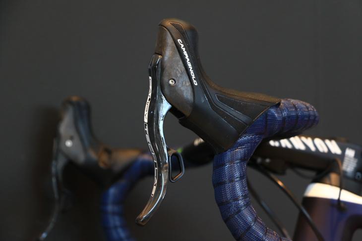 モビスターモデルのキャニオンに搭載されたカンパニョーロのEPS&ハイドローリックレバー