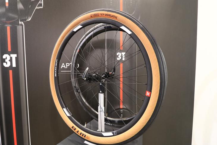 47mm幅を持つ27.5+規格のグラベルロード用タイヤ HORIZON47