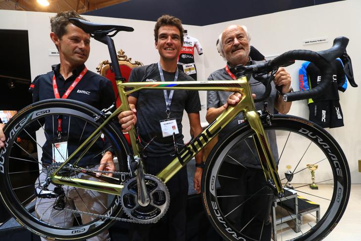 BMCからリオ五輪ロードチャンプのグレッグ・ファンアフェルマートにゴールドバイクが贈られた