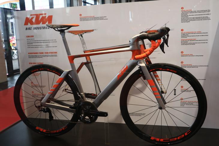 KTMのエアロロード系のコンセプトバイクを展示
