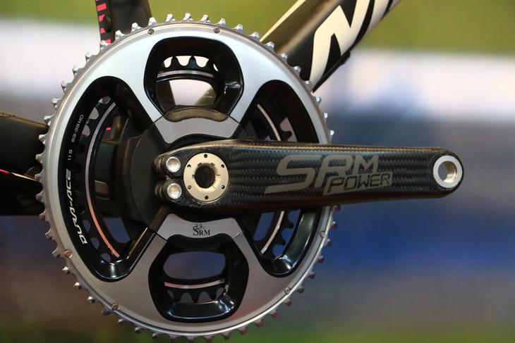 SRMは独自のクランクを用意。ハイエンドはカーボンクランクだ