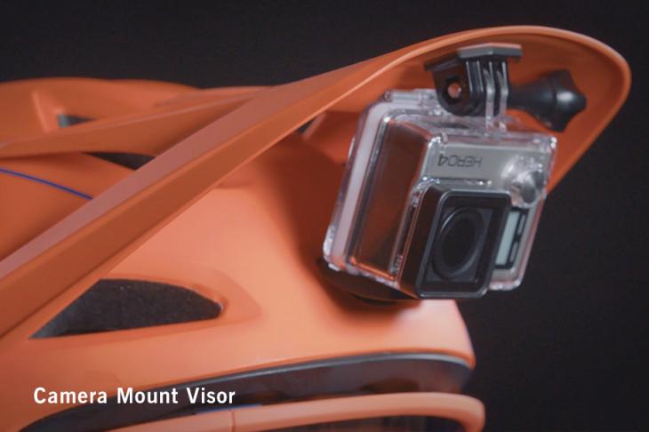 バイザーの裏側にはアクションカメラ用のマウントを取り付けできる
