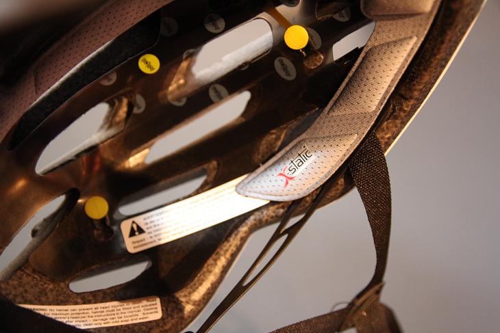 銀の特性を利用した抗菌素材「X-STATIC」製のパッド