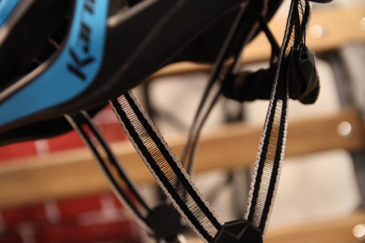 強度を維持しながら中央部の繊維を間引いた軽量タイプのストラップ