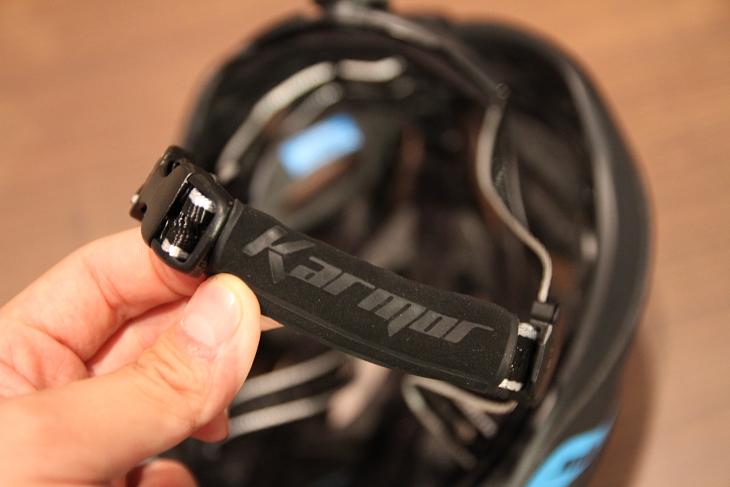 顎とチンストラップが接する箇所には、マイクロファイバー製カバーを装着