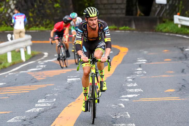 ラスト2km、オスカル・プジョル(チーム右京)を2人が追走する