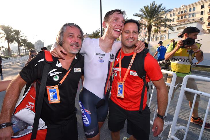 チームスタッフと喜びながら表彰台に向かうトニ・マルティン(ドイツ)