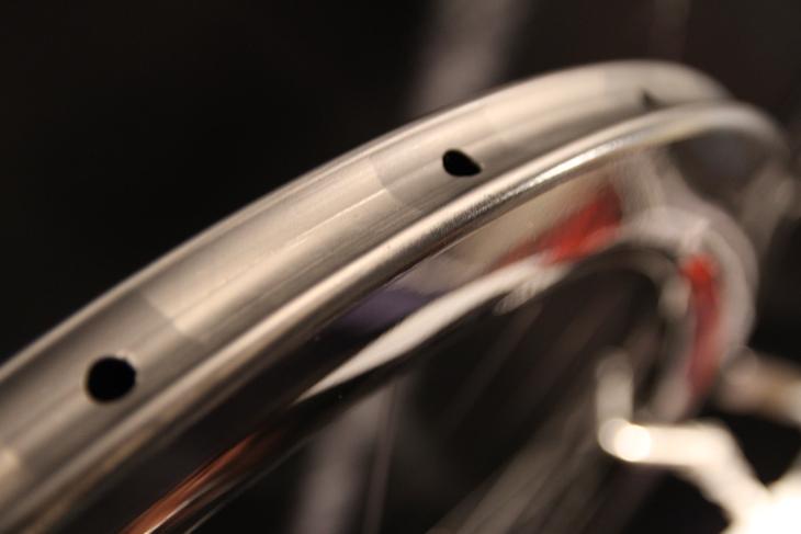 28mm幅へとワイド化したカーボンリム