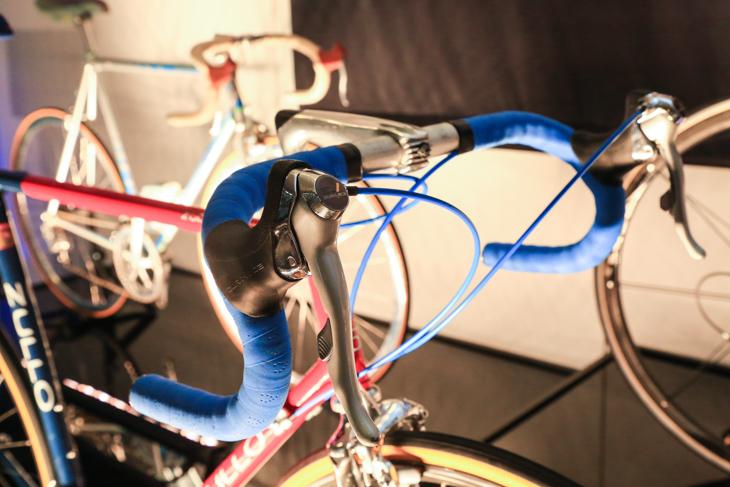 ブレーキレバーに変速レバーを一体化した「STI」。ロードレースの歴史を大きく塗り替えたエポックメイキングなプロダクトだ
