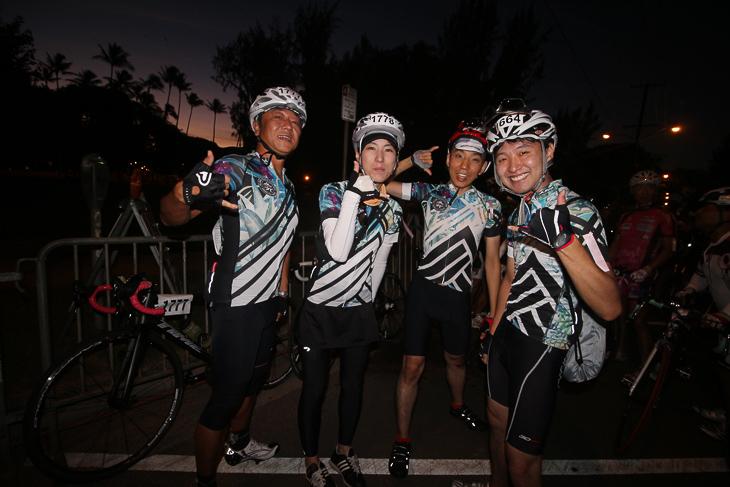 ハワイで購入したバイクジャージで揃えた4人組。アロハ〜