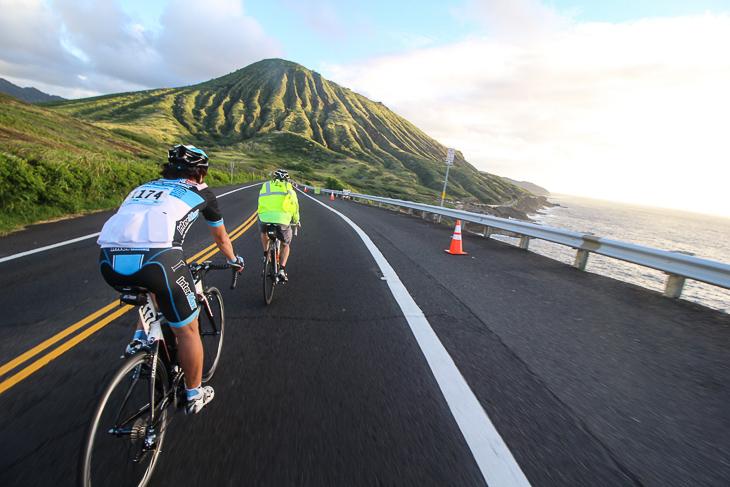ハワイのダイナミックなロケーションを舞台にサイクリング