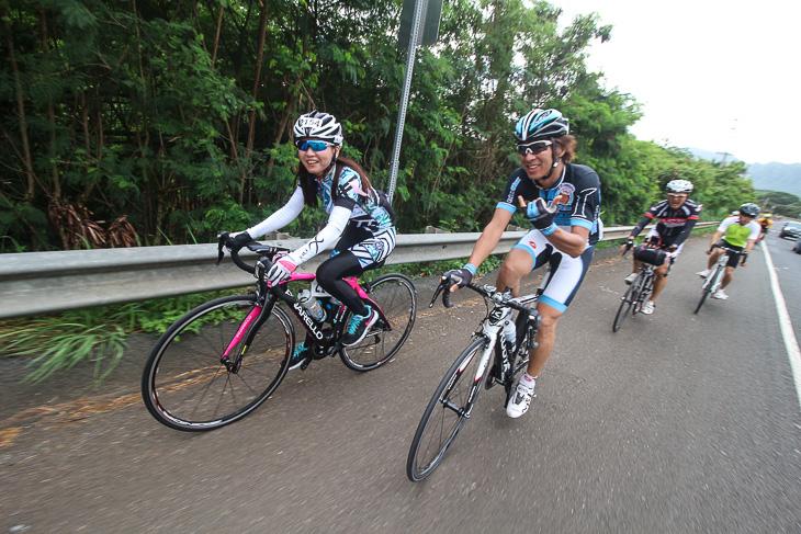 今中さんと一緒に走るロードバイク+フラットペダルの女性