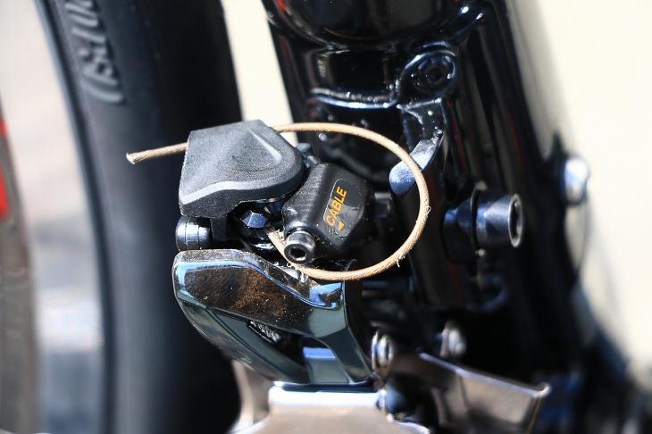 余ったケーブルはリンクカバーに通し、固定する。この際にケーブルがきちんと溝に通っているかをチェックしよう