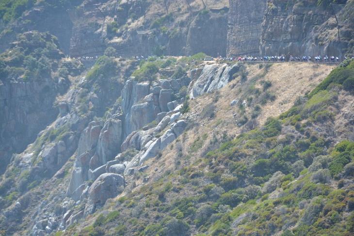 断崖絶壁を縫うように走る自転車の列