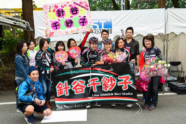 2016ジャパンカップ オープン女子で引退する針谷千紗子を、母(写真右)や応援団、チームメイトが囲む: photo:Satoru KATO