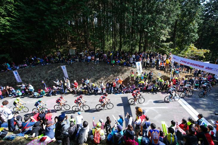 古賀志林道の頂上をクリアしていく選手たち