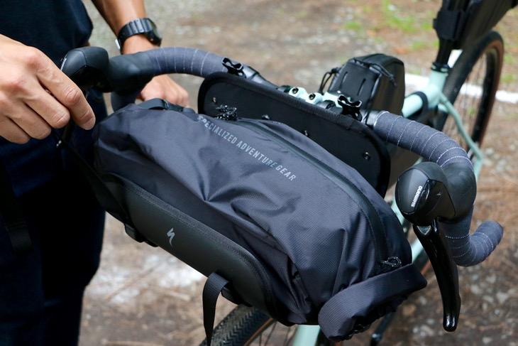 ロールトップ式のハンドルバッグ。特製のハーネスでドロップバーにもフラットバーにも確実にフィット
