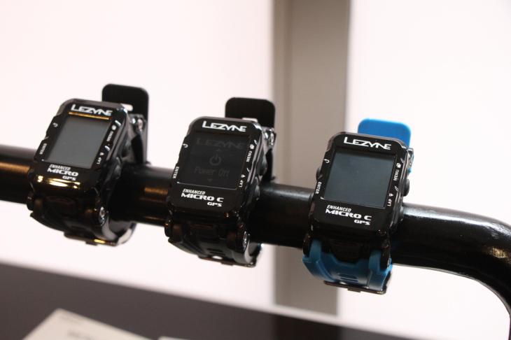 ウォッチ型コンピューターはカラー仕様と白黒仕様がラインアップされる。ベルトはブルーとブラック2種類が付属