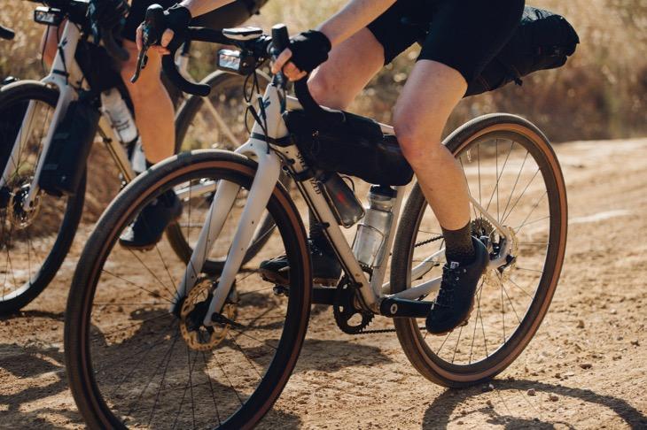 「固く締まった未舗装路を飛ばして走る。そのためには太いタイヤや機敏に動ける性能が求められるのです」