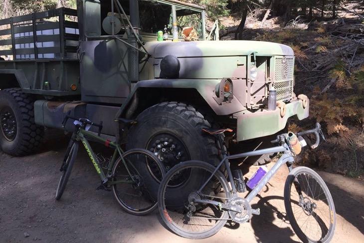 M35A2だろうか?フィードに停まっていた2.5トンの元軍用車。オフィシャルの車もこれ位タフでなければ務まらない