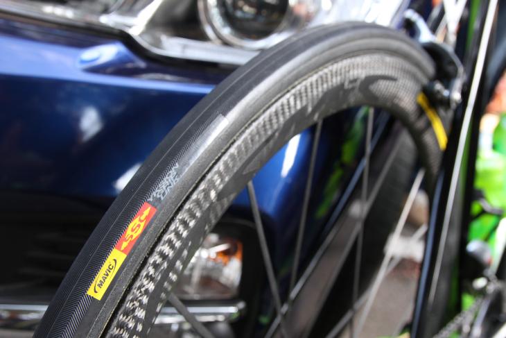 タイヤにはマヴィックのロゴがあるものの、トラディショナルな構造やトレッドパターンは、現行ラインアップにないもの