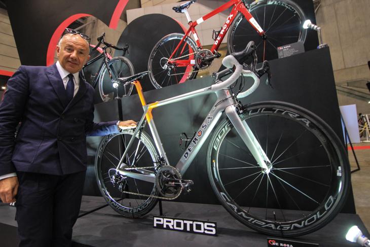 サイクルモードで初披露されたデローザ PROTOSとクリスティアーノ・デローザ氏