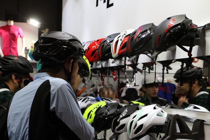 ヘルメットのフィッティングを鏡ですぐに確認できる