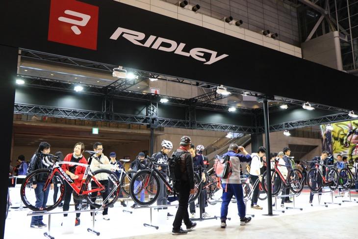 リドレーを中心とした見渡しやすいブースを展開しているジェイピースポーツグループ