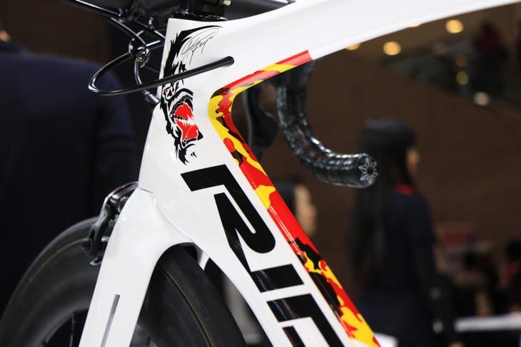 アンドレ・グライペル(ドイツ、ロット・ソウダル)のドイツ&ゴリラカラーをペイントしたエアロロードバイク、NOAH SL