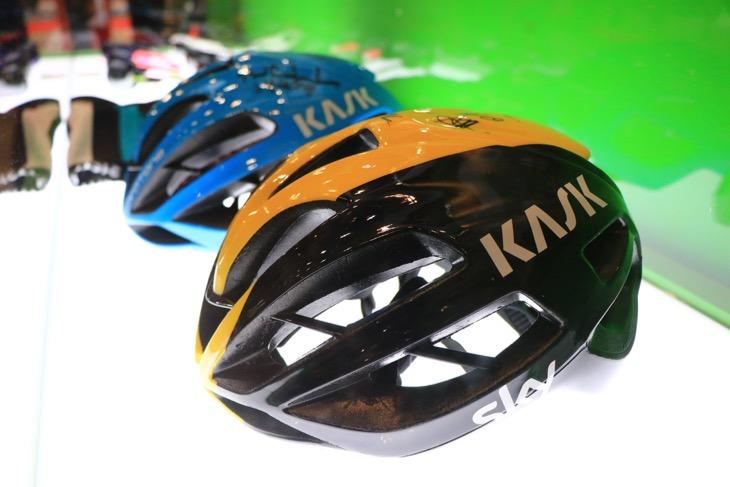 ショーケース内にはチームスカイの選手サイン入りヘルメットを展示