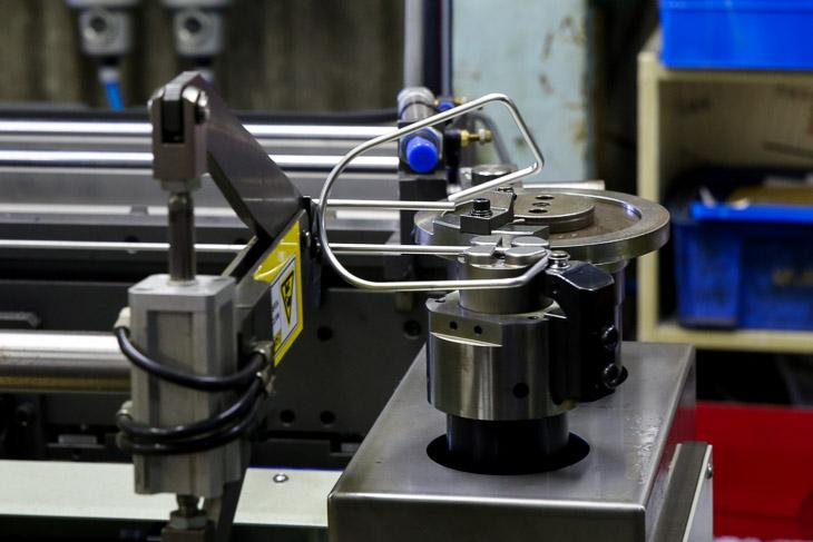 ボトルケージは1本の棒を機械が自動的に折り曲げて作られる