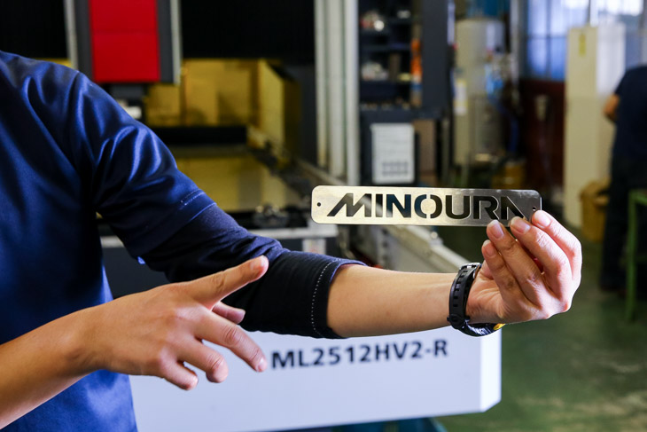 2次元レーザー加工機では鉄や木材までも加工できる