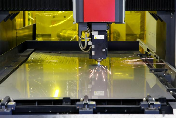 2次元レーザー加工機は金型やプレスに比べ微修正の繰り返しがしやすい