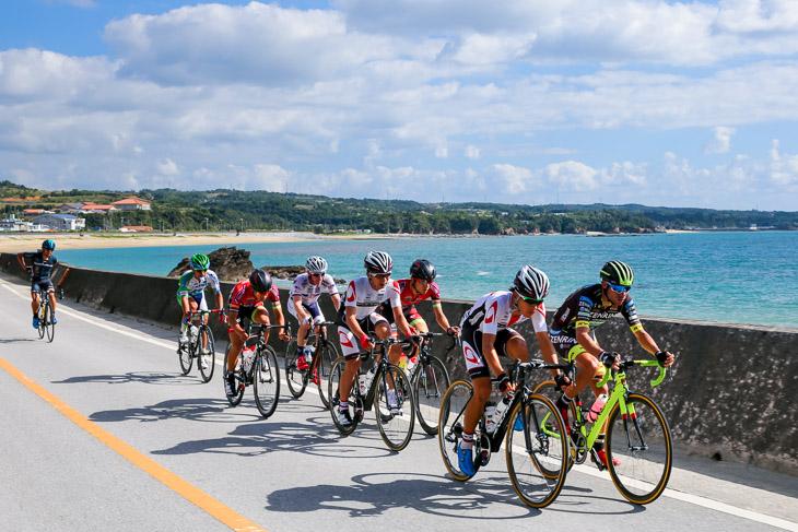 チャンピオン 168km地点、平良湾を進む先頭8人