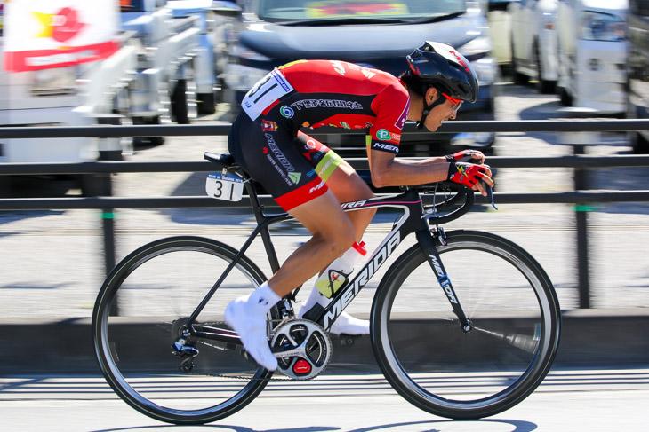 チャンピオン ラスト6km地点、低い姿勢でフィニッシュへ向かう増田成幸(宇都宮ブリッツェン)