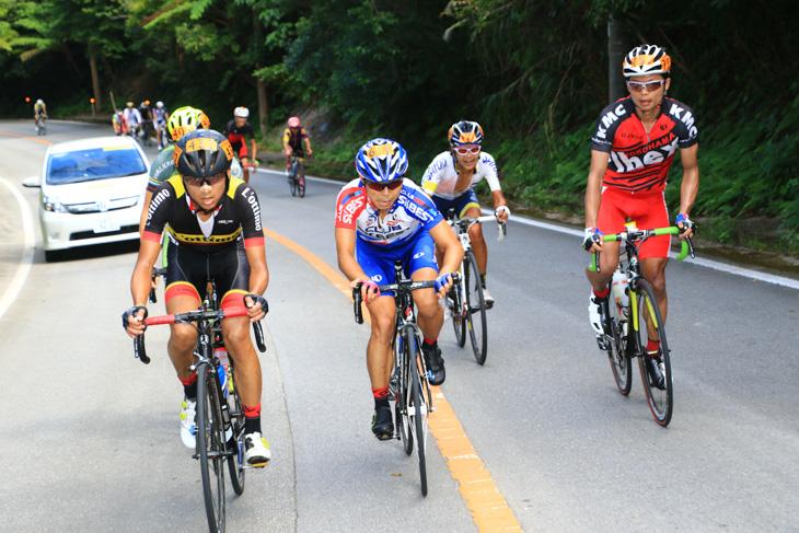 高岡亮寛を追う追走グループも厳しいコースに数を減らしていく