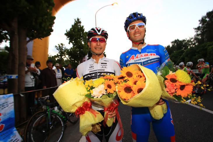 引退する綾部勇成(愛三工業レーシング)と井上和郎(ブリヂストンアンカー)に花束が贈呈された