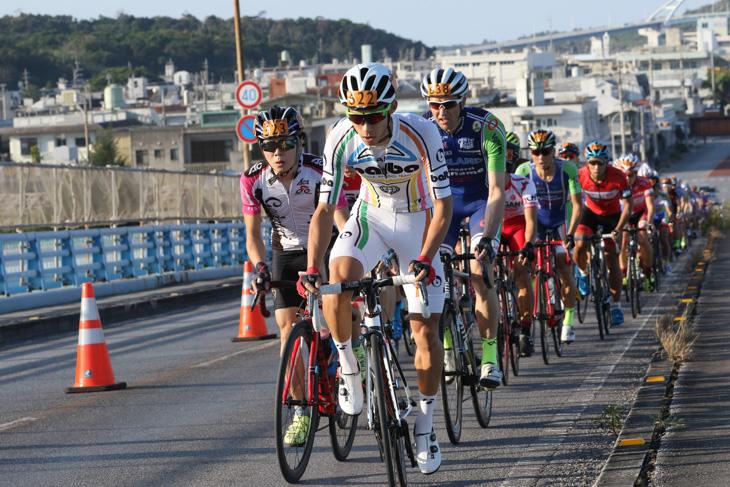 本部大橋を越えるメイン集団。優勝候補のひとり寺崎武郎(バルバレーシング)が先頭を引く
