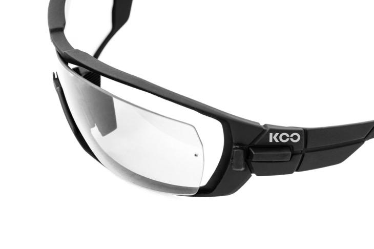 レンズサイドの留め具を操作することで簡単にレンズ交換が可能