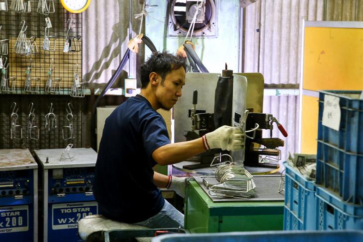 ボトルケージの製作工程 アルミ棒を機械で折り曲げ後にTIG溶接する