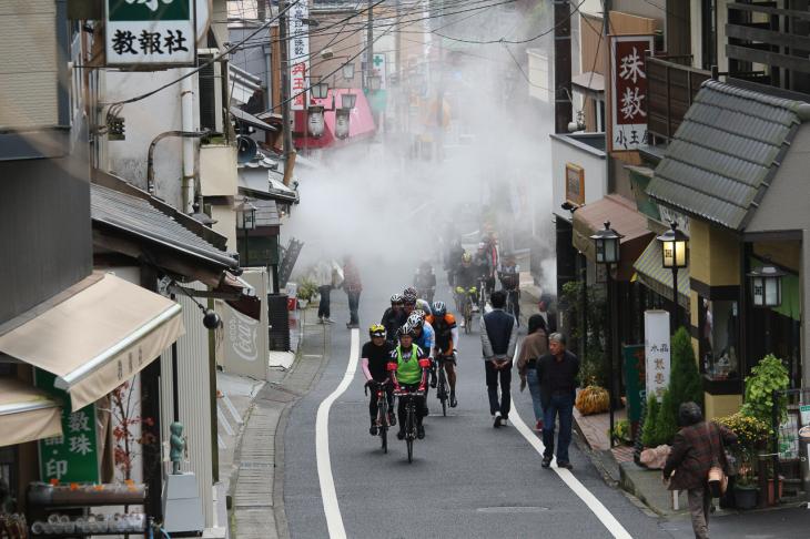 饅頭を蒸す蒸気の中を登っていく